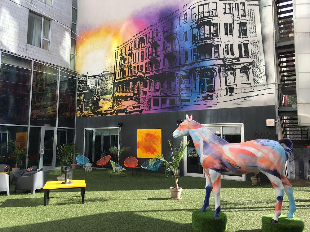 Hotel 10 cheval artistique